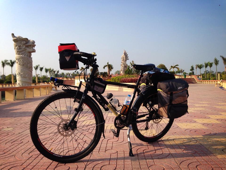 Xe đạp trang bị đèn LED siêu sáng đầu xe torng chuyến đi miền Tây ghé ngang Long An